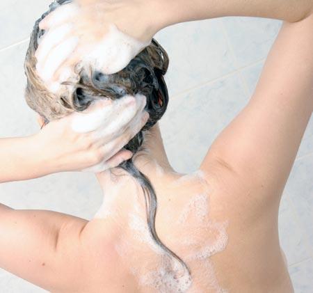 come detergere i capelli