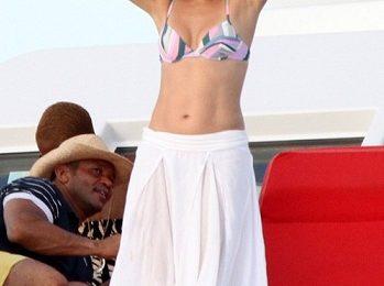 Jennifer Lopez con un bikini Emilio Pucci, stile minimal ma a tutto colore!