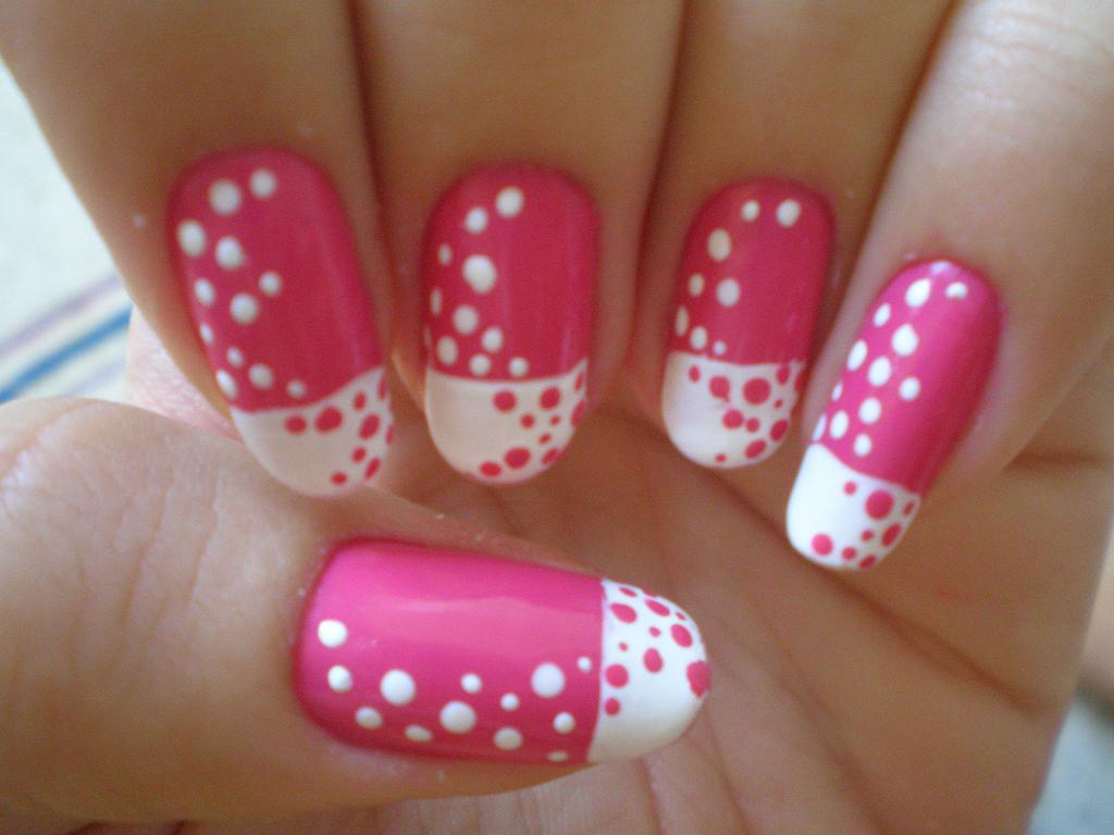 unghia decorata pois rosa