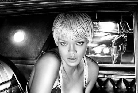 Capelli corti e biondissimi: il look di Rihanna per Armani Jeans!