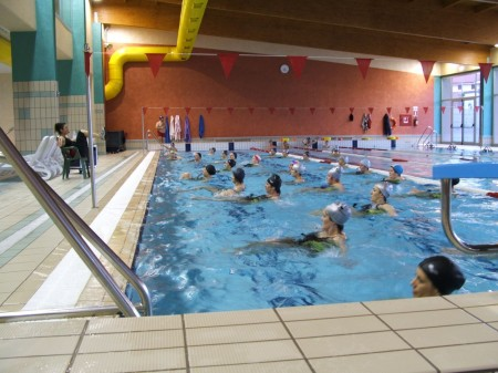 Tutte in piscina a praticare acquagym per avere molti benefici