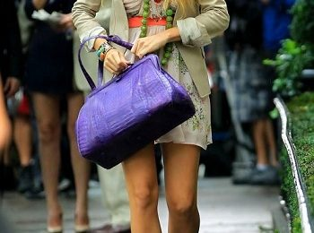 Blake Lively look glamour con scarpe Charlotte Olympia e borsa Nancy Gonzales