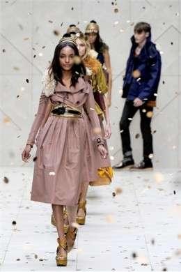 Burberry Prorsum infiamma le passerelle della London Fashion Week P/E 2012