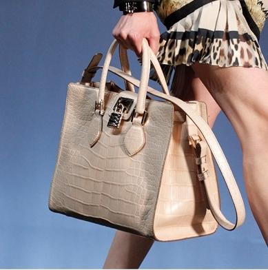 Roberto Cavalli dedica la nuova handbag Florence alla sua città, le foto