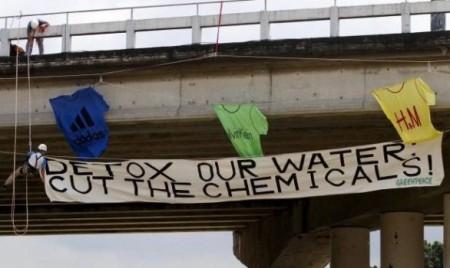Greenpeace svela i nomi delle griffe che usano sostanze tossiche per fare gli abiti