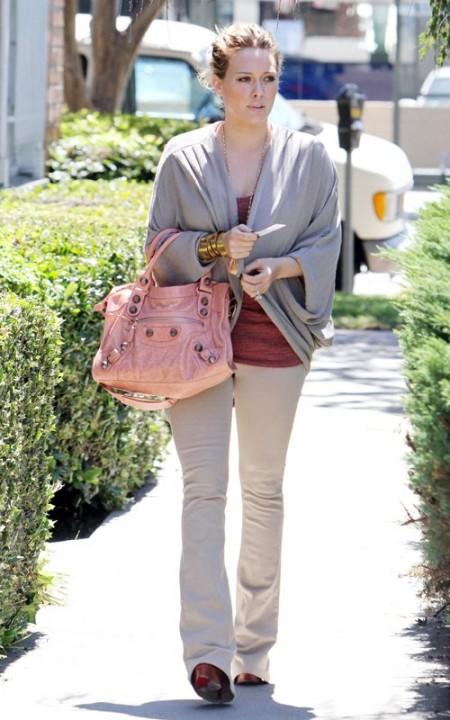 Hilary Duff e i suoi accessori di lusso firmati Balenciaga e Christian Louboutin