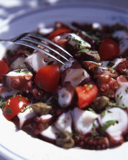 La ricetta light dell'insalata di polpo con zucchine e cipolla