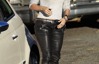 Jennifer Lopez con un look rock glam firmato Balmain e Christian Louboutin