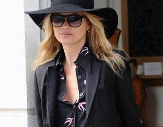 Kate Moss sceglie il made in Italy, splendida con gli occhiali da sole Glassing