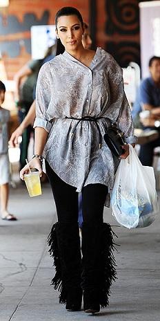 Gli stivali con le frange di Isabel Marant indossati da Kim Kardashan, nuova tendenza? Speriamo di no!