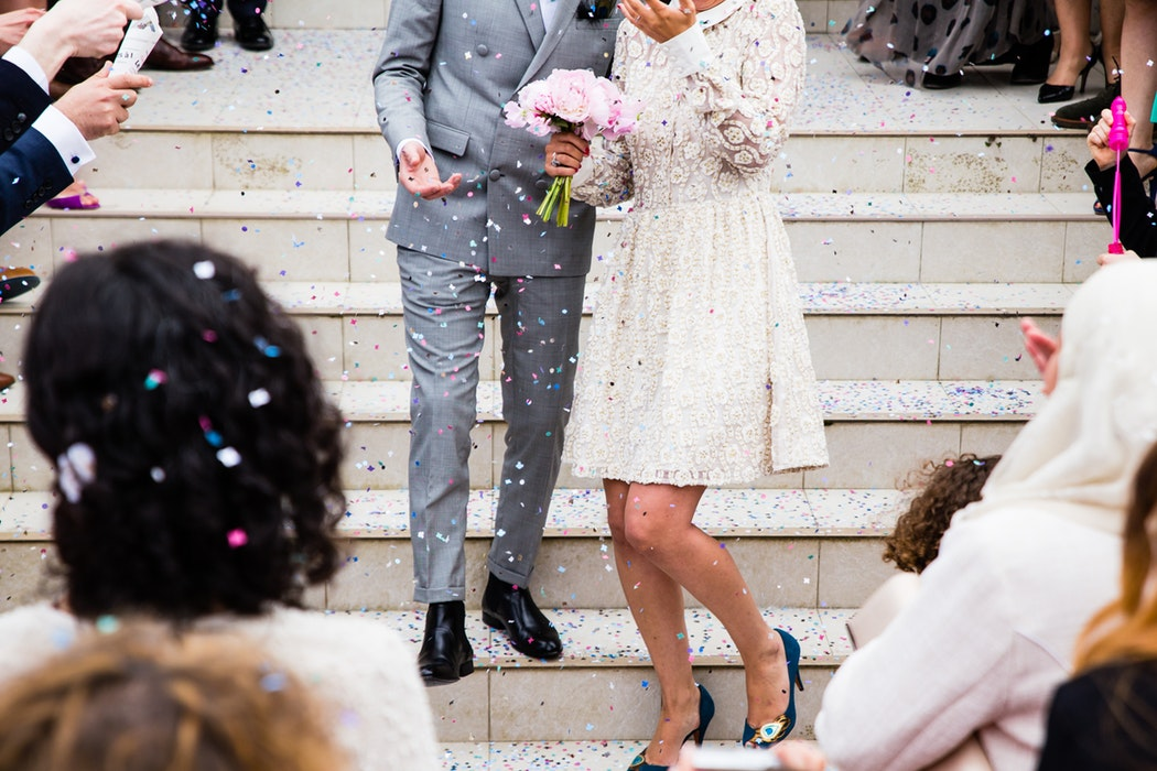 Marito e moglie al termine del loro matrimonio civile