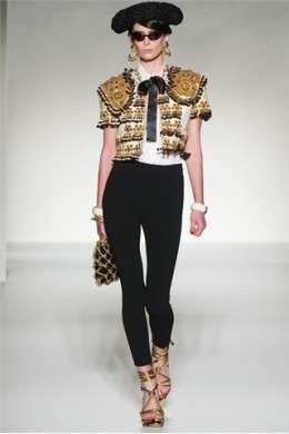 La donna torero e cowgirl di Moschino al Milano Moda Donna P/E 2012