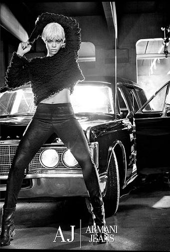 La prima foto di Rihanna per Armani Jeans, seducente e glamour