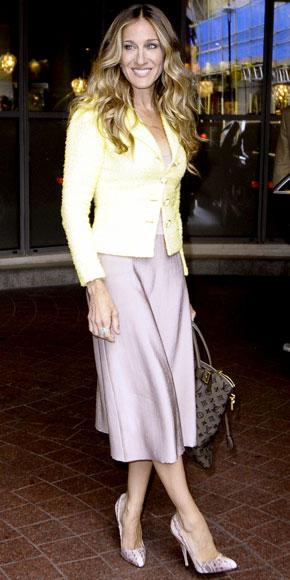 Una Sarah Jessica Parker griffatissima unisce Chanel, Louis Vuitton e Brian Atwood!