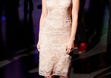 Scarlett Johansson, pizzo e look retrò alla sfilata di Dolce & Gabbana
