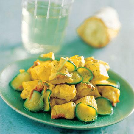 La sana e facile ricetta light del pollo alle zucchine