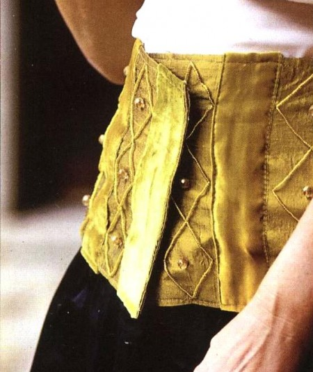 Crea una cintura bustino in delicata seta color oro