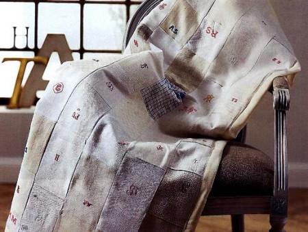 Scopri tutte le istruzioni per cucire un telo patchwork con ricami a puntocroce