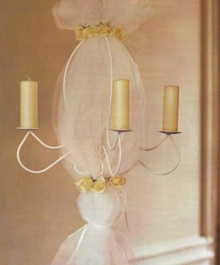 Decora un lampadario con morbide tulle e rose bianche