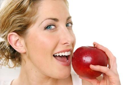 La dieta della felicità esiste, ecco cosa mangiare per mantenersi sani e gioiosi