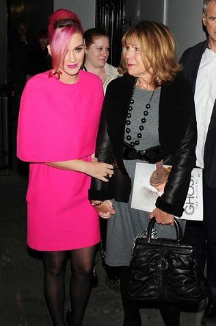 Katy Perry un look da nonnina rock firmato Giambattista Valli