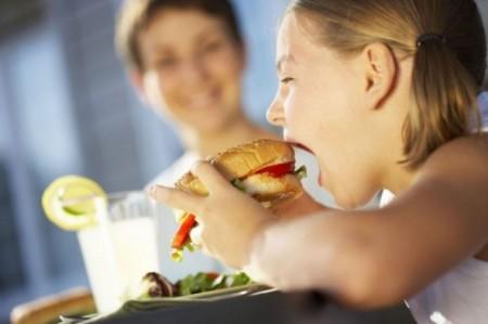 L'obesità infantile è anche figlia della crisi, solo l'1% dei bambini mangia correttamente