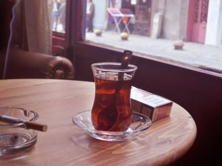 Se proprio non riuscite a dire stop al fumo, almeno bevete tè invece che caffè, vi proteggerà