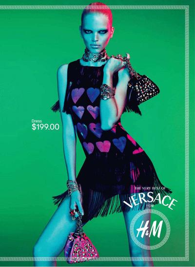 Ancora un outfit Versace for H&M, mini dress con cuoricini da 199 dollari, non saranno un po' troppi?