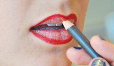 applicazione del rossetto rosso