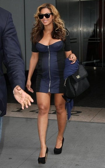Beyonce Knowles con un look premaman molto glam e it bag Dolce & Gabbana