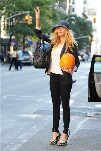 Blake Lively fa spese per Halloween con un look assolutamente da copiare!