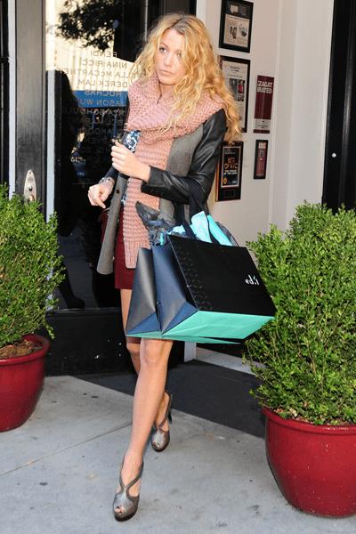 Blake Lively fa shopping indossando accessori Stella McCartney e splendidi sandali Fendi