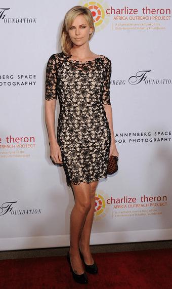 Charlize Theron sceglie il romantico pizzo floreale di Christian Dior
