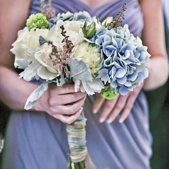 Preparare un bouquet da sposa sui toni del bianco e dell'azzurro: ecco i fiori da usare