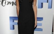 Una favolosa Demi Moore abbina abito Chanel con pumps Christian Louboutin e clutch Roger Vivier