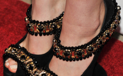 I tacchi scultura di Alexander McQueen in un total look indossato da Elizabeth Olsen