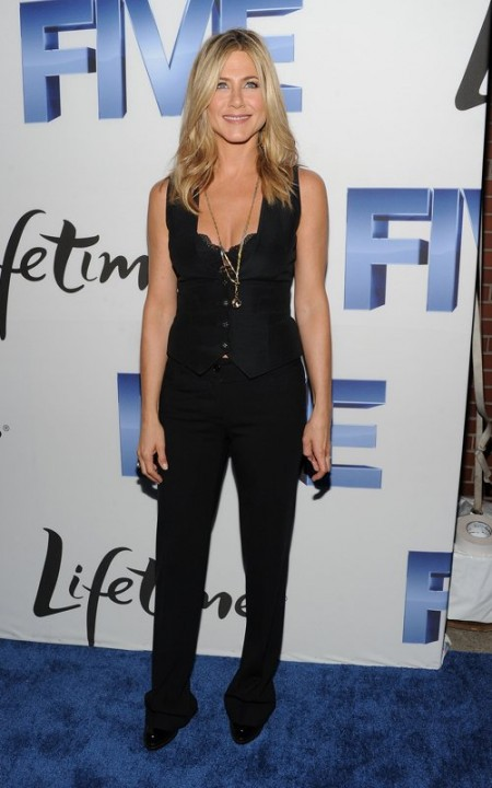 Una grintosa Jennifer Aniston veste un look garçon in total black firmato Dolce & Gabbana