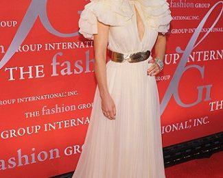 """Jessica Biel """"sommersa"""" da un abito Giambattista Valli Couture, maniche troppo a sbuffo?"""