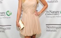 Kristen Bell abbina minidress Tibi con clutch Ferragamo e pumps Casadei, griffatissima!