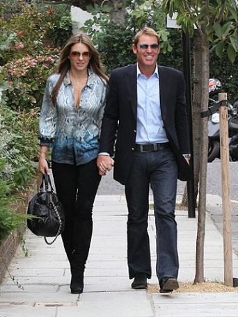 Liz Hurley segue la pitone-mania con una camicia Roberto Cavalli, una diva glamour!