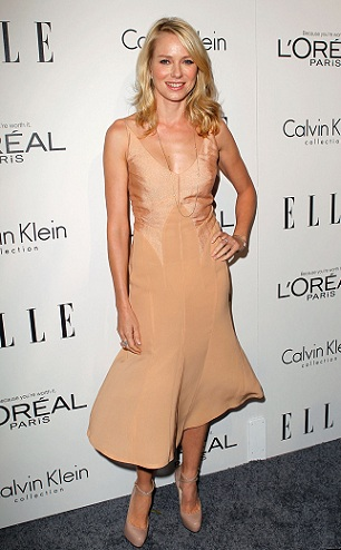 Naomi Watts sempre più glamour, questa volta sceglie Calvin Klein e pumps Brian Atwood