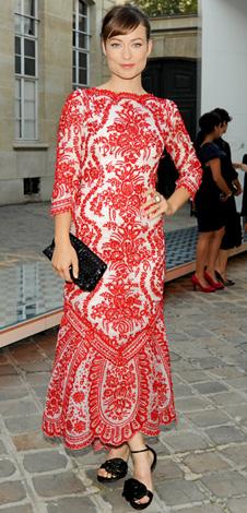 Un'incantevole Olivia Wilde con abito Oscar de la Renta e sandali Roger Vivier