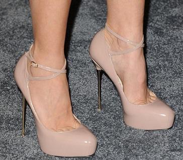 le pumps Brian Atwood ai piedi di Naomi Watts