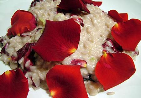 Cucinare con i fiori: per una cenetta romantica, risotto con le rose e champagne