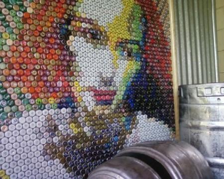 Arte e riciclo, utilizzare i tappi delle bottiglie di birra per creare dei quadri artistici
