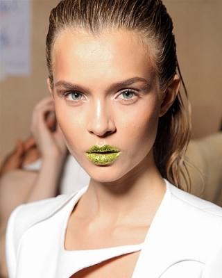 Per un trucco labbra che non passa inosservato il glitter verde!