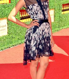 Un incantevole Zoe Saldana con minidress Jason Wu e bellissime pumps Brian Atwood