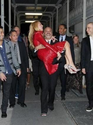 Christian Louboutin scherza con la bella Blake Lively al party di Barneys a New York