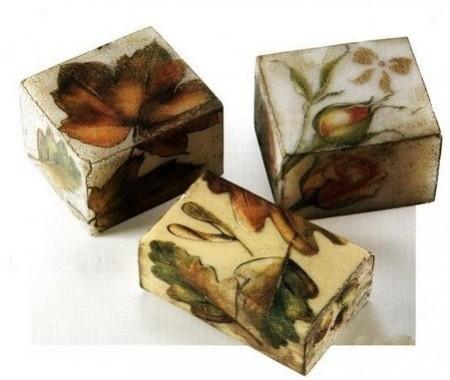 Decoupage creativo floreale su saponette di marsiglia
