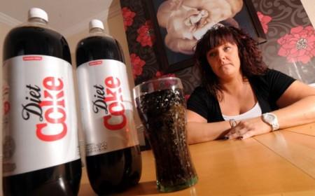 Un uomo e una mamma inglesi affetti da dipendenza da Coca light, e c'è davvero poco da ridere